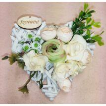 Kis fehér vessző szív virágokkal, Szeretettel felirattal 15 cm