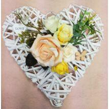 Fehér vessző szív vegyes virágokkal Love táblával 25 cm