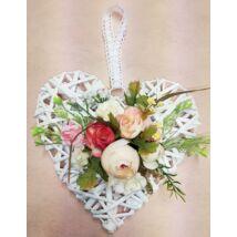Fehér vessző szív vegyes virágokkal 25 cm