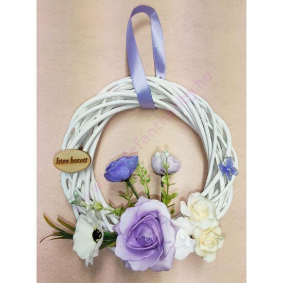 Fehér vessző koszorú lila díszítéssel, Isten hozott táblával 20 cm