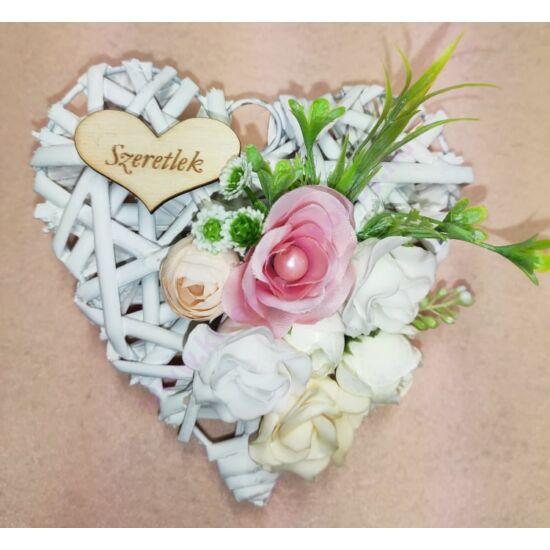 Kis fehér vessző szív vegyes virágokkal, Szeretlek felirattal 15 cm